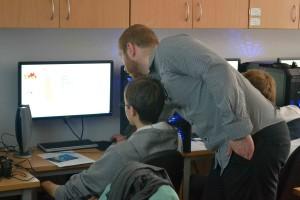 Jacek przychodzi z pomocą uczniowi w wykonaniu zadania